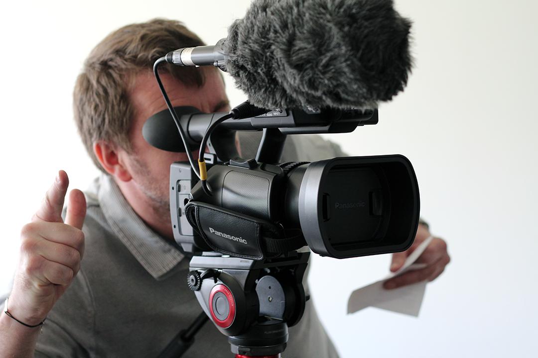 Image d'illustration d'un cadreur et de sa caméra.