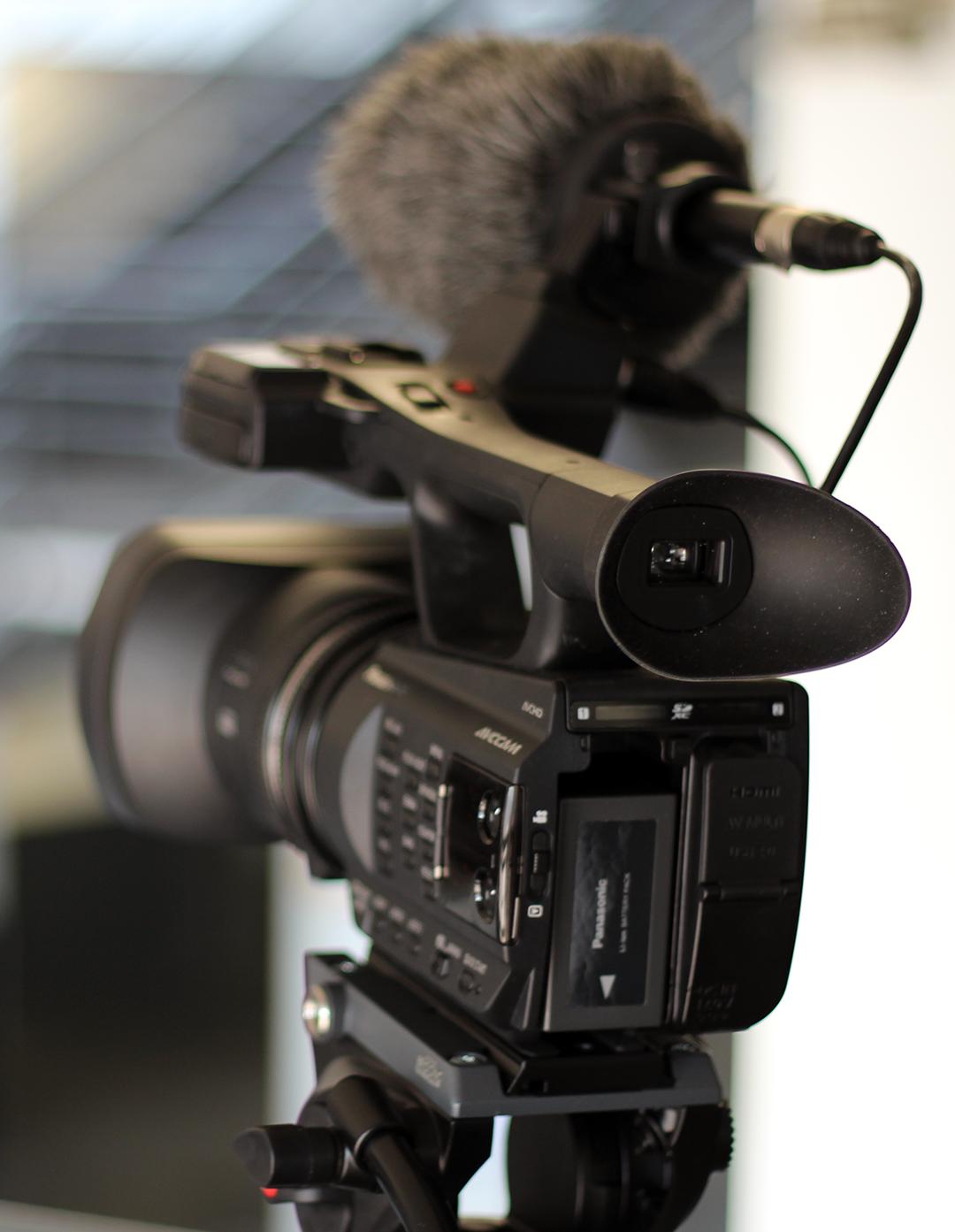 Image illustrant une caméra montée sur trépied.