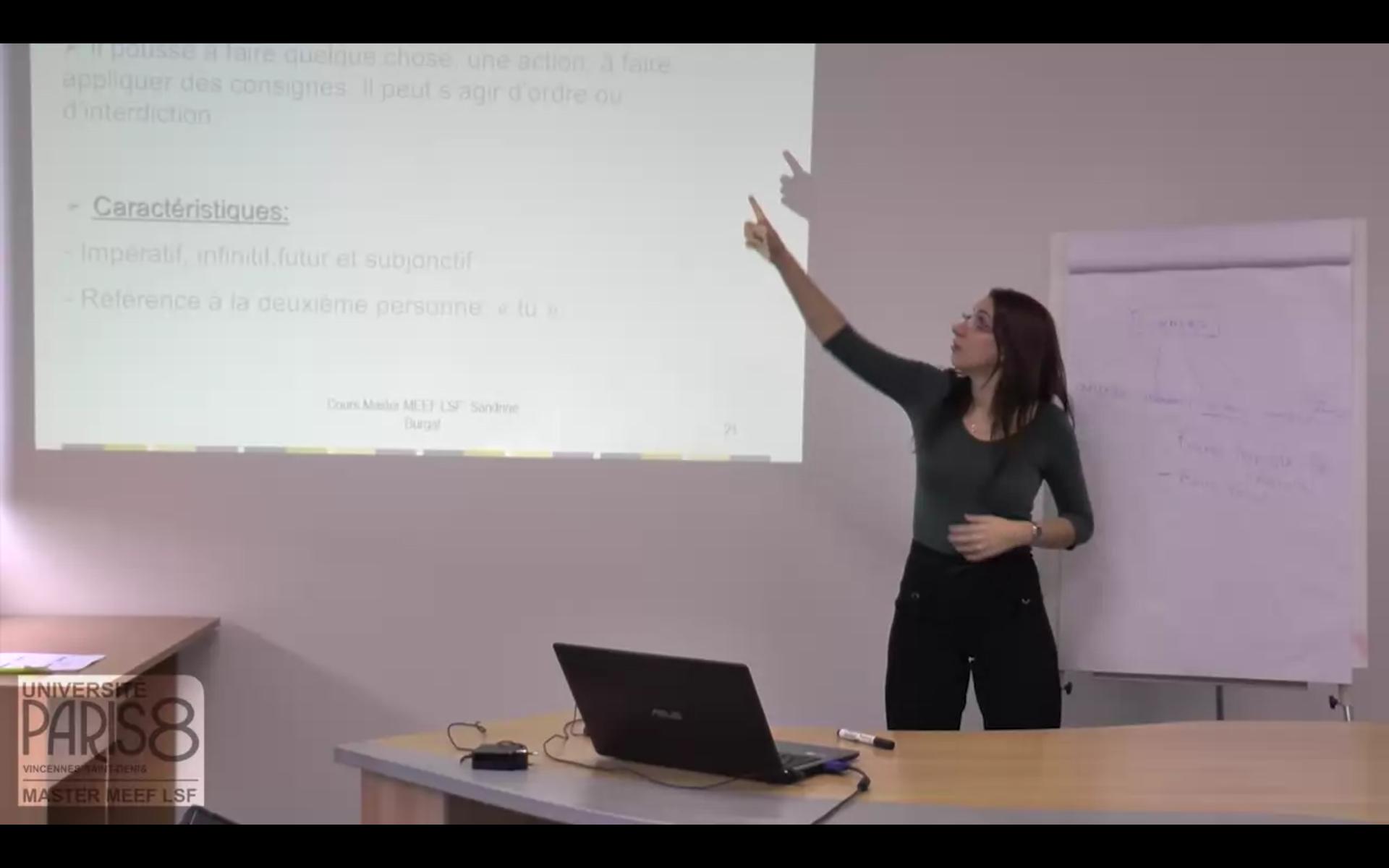 Capture décran de la vidéo du cours de Sandrine Burgat, enseignante en Master MEEF LSF, enregistré en octobre 2015.