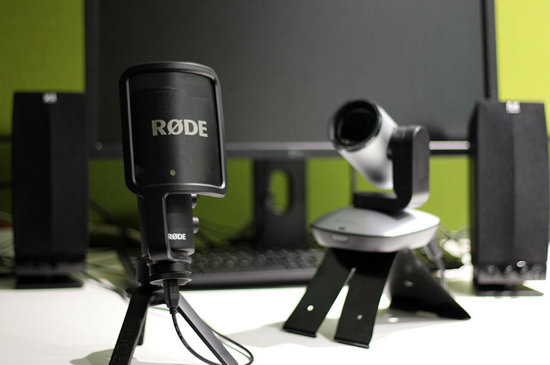 Photo du studio d'enregistrement vocal du BAPN, muni d'un PC, un micro, une paire d'enceintes et d'une caméra PTZ, idéal pour concevoir vos capsules audio/vidéo pour vos cours.