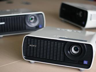 Photo de vidéo-projecteurs disponibles en prêt, sur réservation.